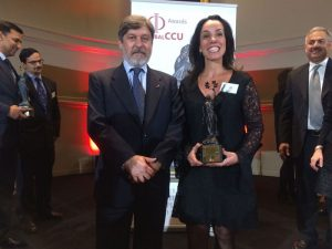 Desíê Ribeiro, gerente-executiva de Educação e Gestão de Talentos, recebe o prêmio